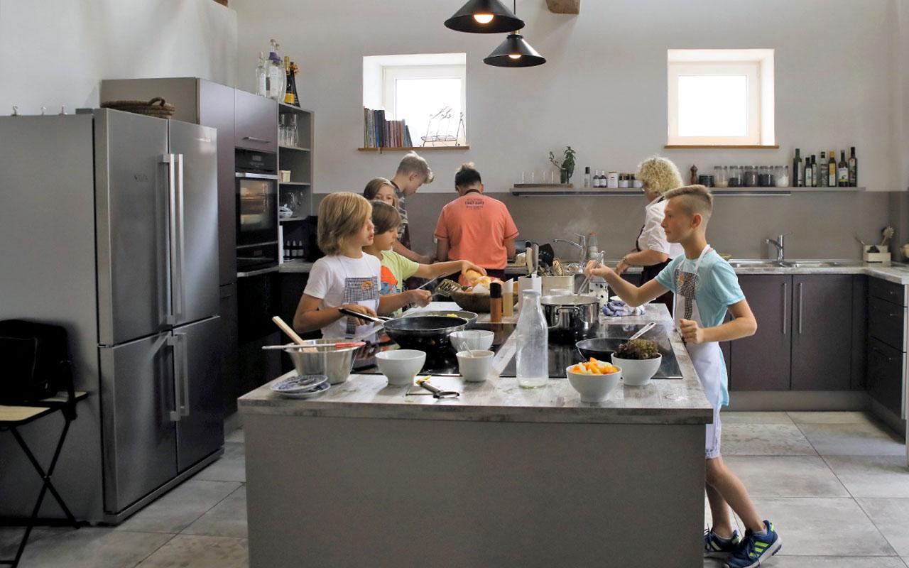 Koch in unserer Mit-Mach-Küche im Gräfenbrücker Eventhof.