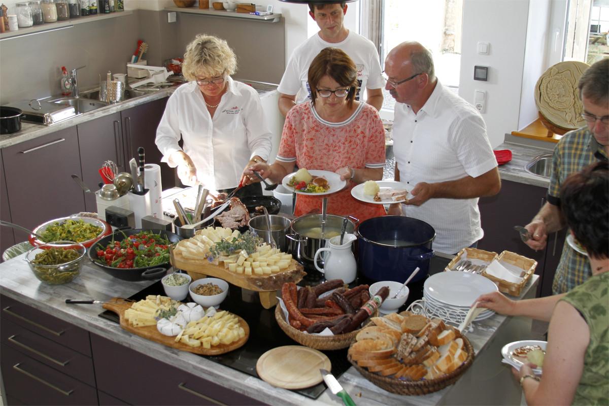 Gemeinsam kochen und genießen in der Mit-Mach-Küche des Gräfenbrücker Eventhofs