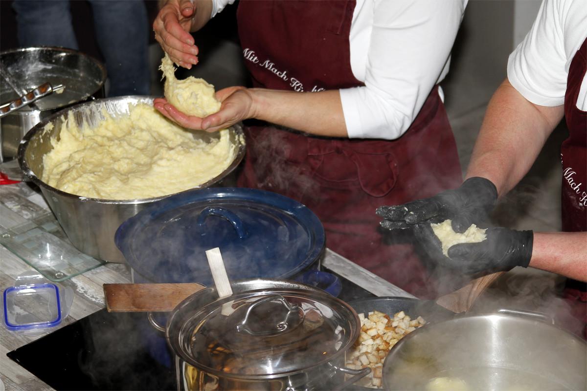 Selbst Klöße machen in der Mit-Mach-Küche des Gräfenbrücker Eventhofs